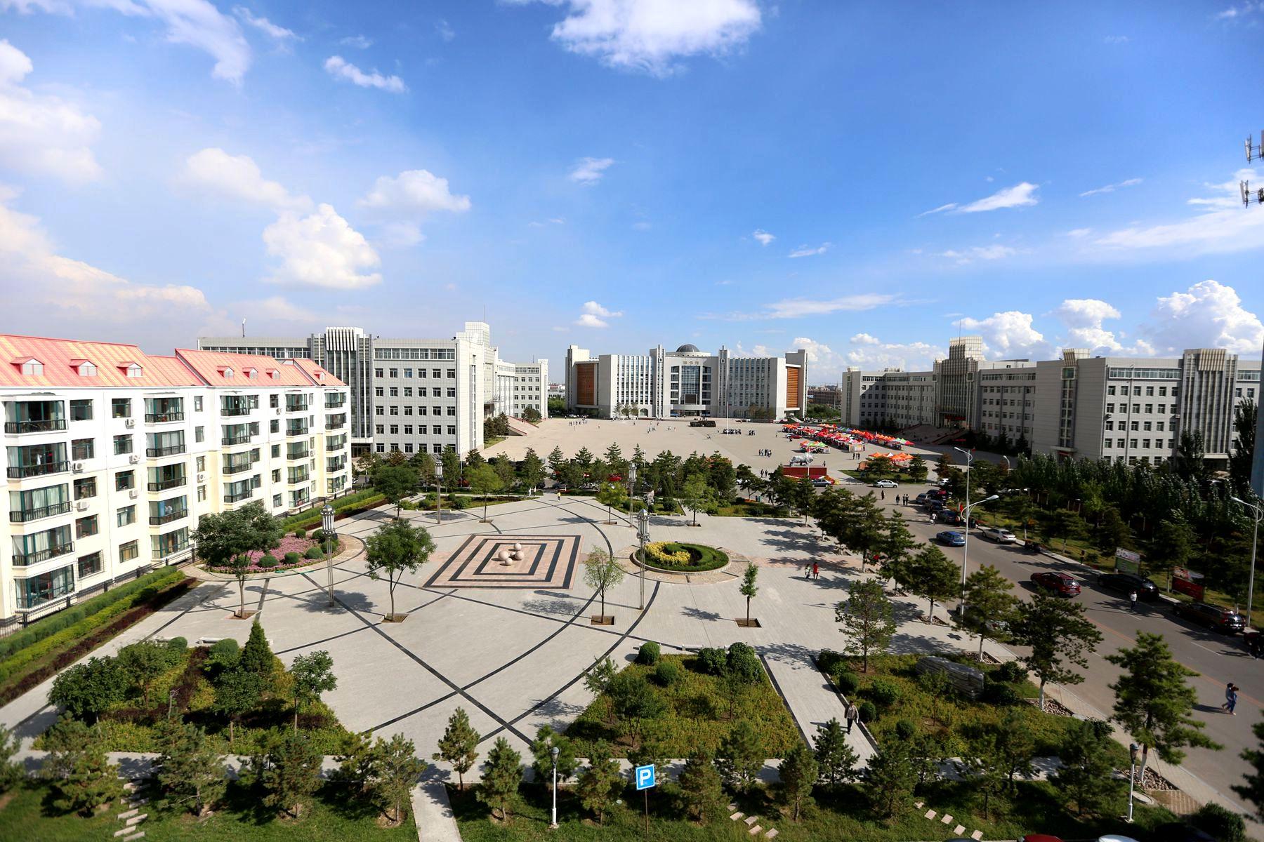 """学校与当地知名大学联合办学,实施""""技能+学历""""教育"""